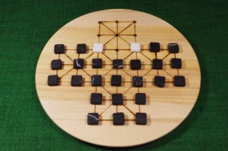 brettspiel-fuchs-und-gans-belagerungsspiel-mit-steinen
