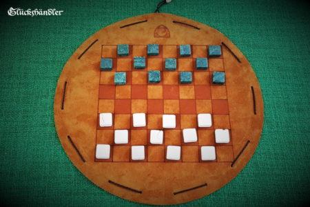 Dame-Spiel mit Spielsteinen aus grünen und beigen Marmor