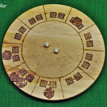 Glückshaus mit Knochenwürfel und Münzen