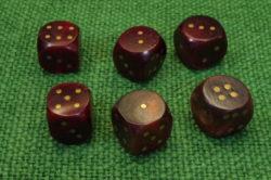 Hornwürfel rot mit Messingaugen