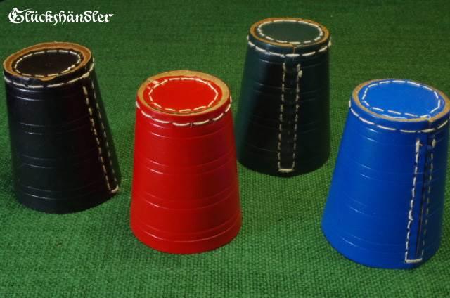 Würfelbecher in schwarz, rot, grün und blau