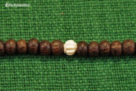 Paternosterkette mit gemusterten Holzperlen und Knochenperle