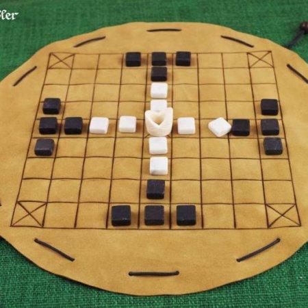 Tablut - Beutelspiel mit Spielsteinen aus Marmor und einem König aus Knochen
