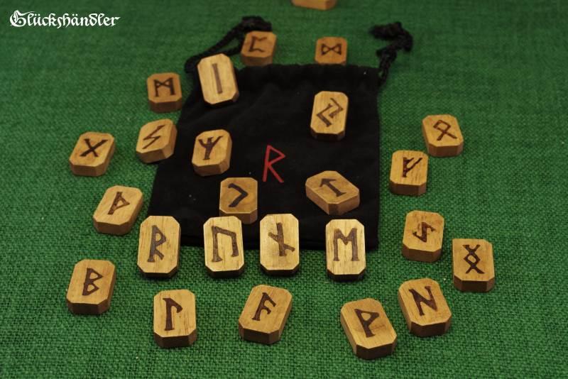 Runensteine aus Holz mit schwarzem Samtsäckchen