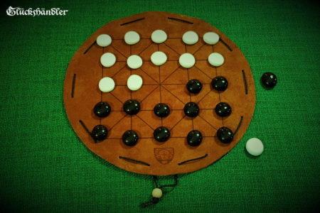 Alquerque Brettspiel aus Leder d 23 cm - mit Glassteinen 20mm schwarz und weiß