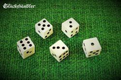 5 Würfel aus Knochen - Mittelalter - mit schwarzen Augen