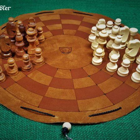 Byzantinisches-Schachbrett-aus-Leder-als-Beutelspiel-mit-Figuren.