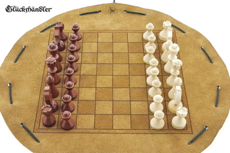 Schachbrett- aus Leder, Größe d 28cm mit Figuren aus Buchenholz als Beutelspiel.