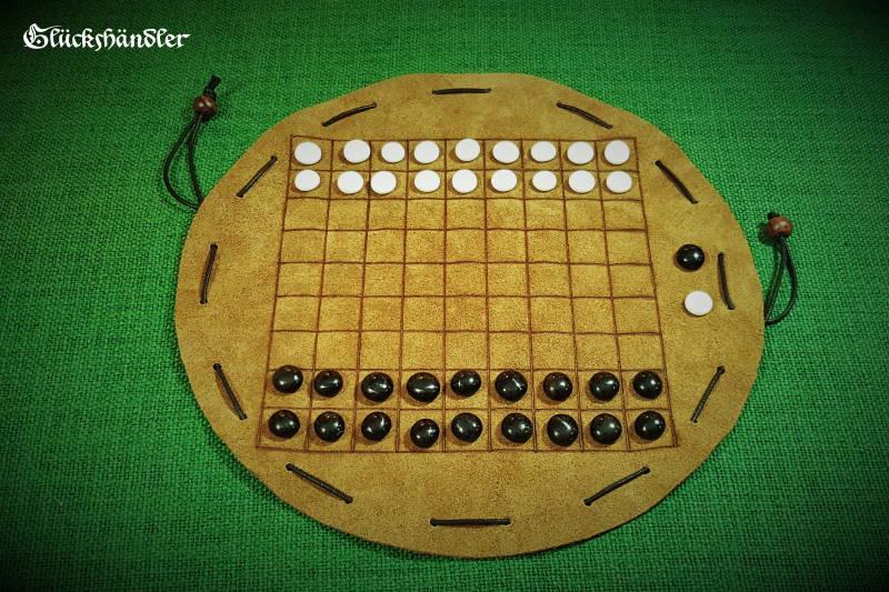 Dai-Hasami-Shogi-Brettspiel-aus-Leder als Beutelspiel-mit-Glassteinen.