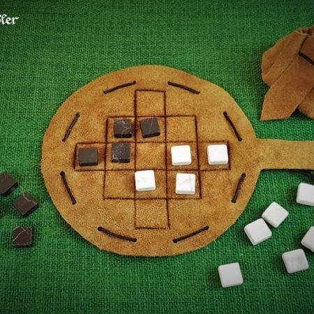 Queah-Spiel aus Leder als Beutelspiel mit Marmorsteinen schwarz und weiß