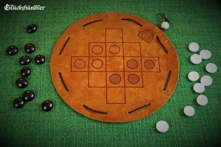 Queah Spiel aus Leder d 16 mit Glassteinen