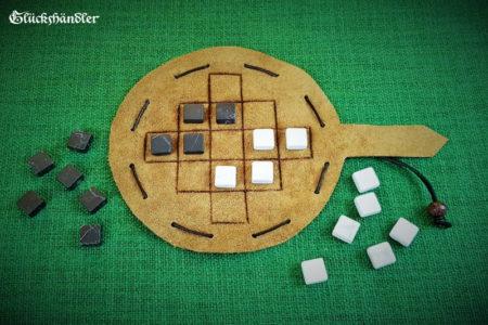 Queah-Spiel aus Leder mit Marmorsteinen schwarz und weiß.