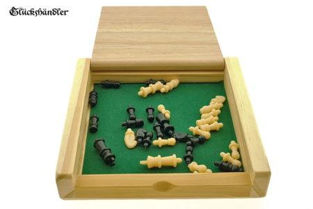 Reiseschach aus Holz mit Figuren geöffnet.