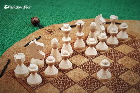 Schachbrett-Keltisch aus Leder als Beutelspiel mit Schachfiguren aus Buchenholz natur