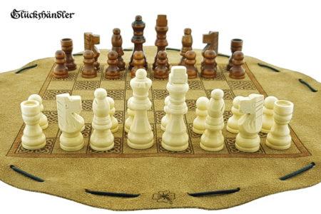 Schachbrett-Keltisch aus Leder als Beutelspiel. mit Figuren
